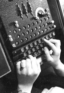 220px-Bundesarchiv_Bild_183-2007-0705-502,_Chiffriermaschine_-Enigma-