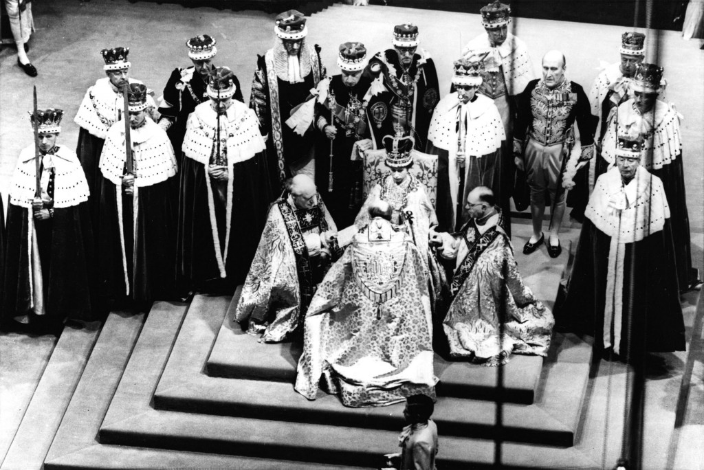 LaPresse02-06-2012La vita della Regina Elisabetta in 10 immaginiFILE - In this June 2, 1953 file photo, Britain's Queen Elizabeth II, seated on the throne, receives the fealty of the Archbishop of Canterbury, back to camera at center, the Bishop of Durham, left and the Bishop of Bath and Wells, during her coronation in Westminster Abbey, London. Starting Saturday, June 2, 2012, Queen Elizabeth II begins a four-day celebration of her 60 years on the throne.