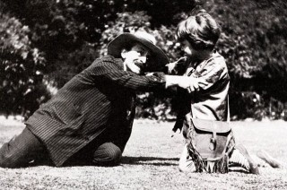 J M Barrie playing Captain Hook to Michael's Peter Pan in 1906. The Real Peter Pan: The Tragic Life of Michael Llewelyn Davies Hardcover by Piers Dudgeon http://i.dailymail.co.uk/i/pix/2015/04/04/19/2749B39400000578-3025673-image-m-3_1428170752970.jpg