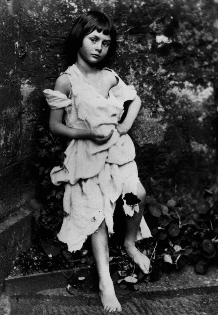 https://upload.wikimedia.org/wikipedia/commons/7/72/Alice_Liddel_-_Beggar_Girl.jpg