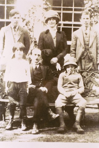 COLLECT PHOTOGRAPH OF J.M. BARRIE (SITTING) WITH FROM TOP LEFT GEORGE, THE DUCHESS OF SUTHERLAND, PETER, MICHAEL AND NICO. JM Barrie Nico Llewelyn Davies