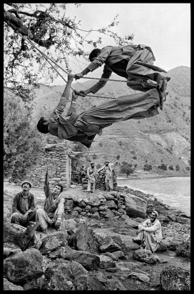 http://www.travellingaround.org/nblog/wp-content/uploads/2014/05/Afghanistan-Steve-McCurry-21-675x1024.jpg